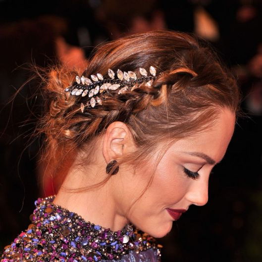 minka-kelly-hair-accessory-met-gala-detail-w724
