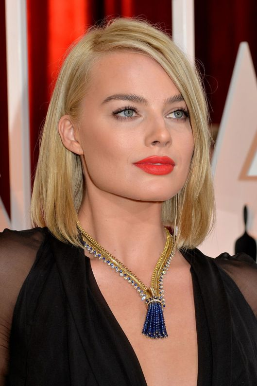 margot-robbie-orange-lipstick-oscars-2015-w724
